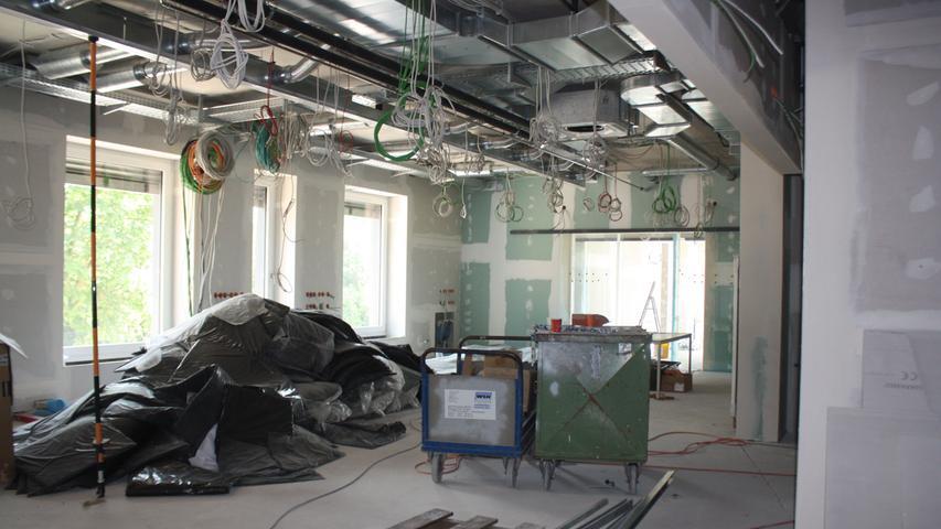 Noch hängen hier unzählige Kabel von der Decke, in rund einem Jahr werden hier Dialysepatienten betreut.