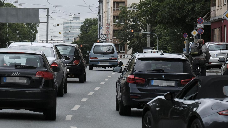 Von Autos umzingelt: Eng wird es für Radfahrer in der Bayreuther Straße nach dem Rathenauplatz. Ein Radstreifen soll für mehr Sicherheit sorgen.