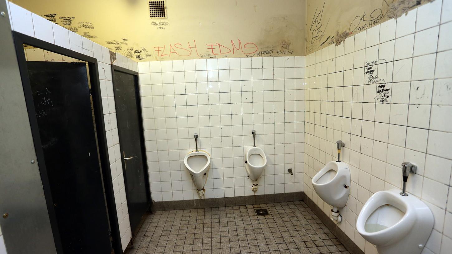 Junge Auf Outdoor Toilette - Inklusive spülung in die