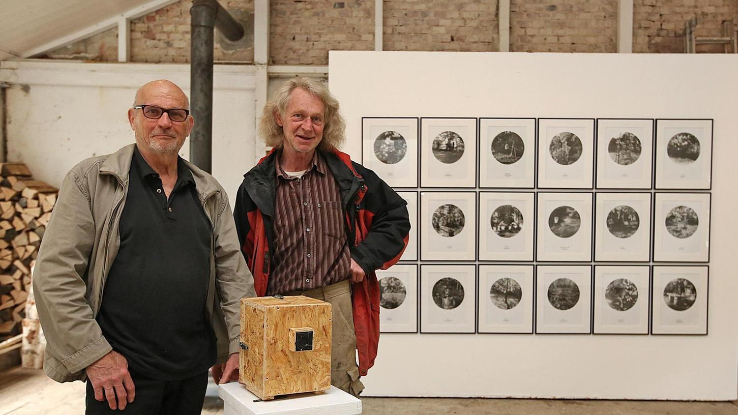 """""""Vorsicht Kamera"""" lautet der Titel der Ausstellung mit Fotografien von Günter Derleth (links) und Holzskulpturen des Bildhauers Franz Janetzko in der Badstraße 8."""