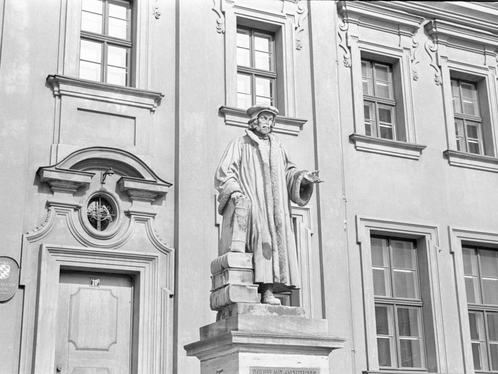 Der Humanist und Reformator Philipp Melanchthon, hier auf hohem Sockel vor dem von ihm mitbegründeten Gymnasium am Egidienberg, hat sich vielfach verdient gemacht. Er war ein Freund und Befürworter Luthers.