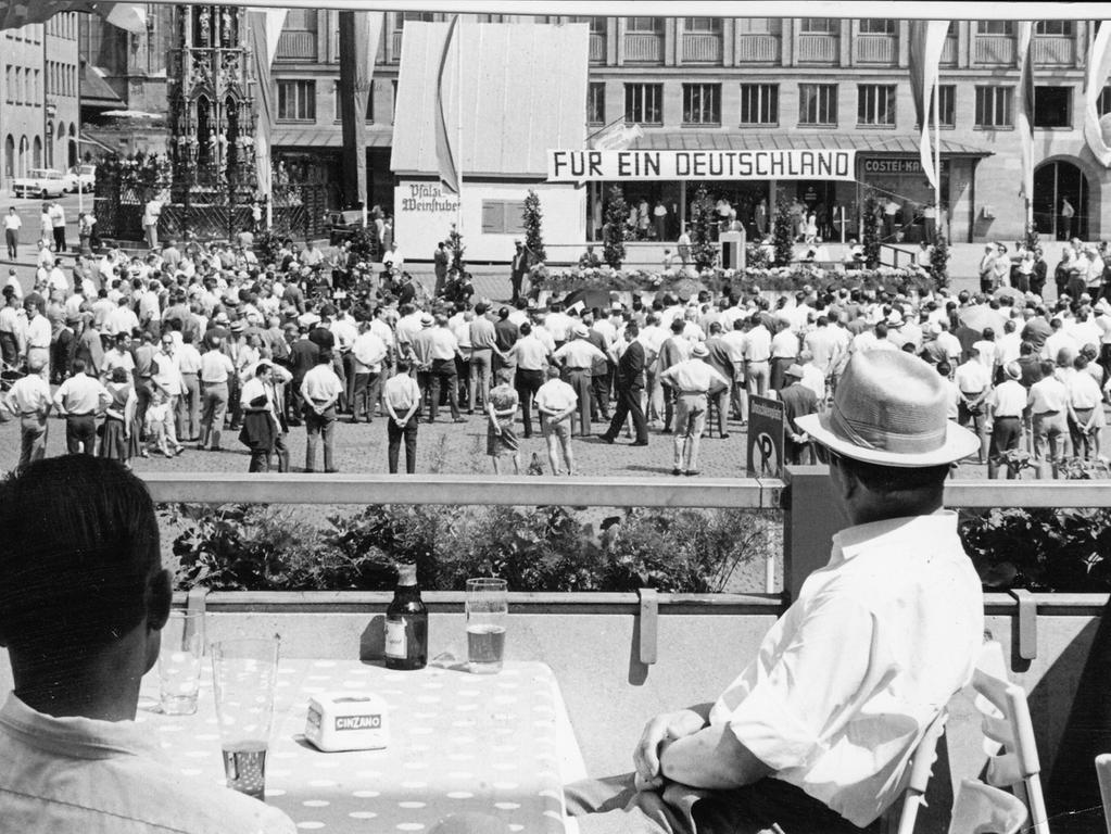 Nur wenige tausend Menschen standen gestern während der Kundgebung auf dem Hauptmarkt in der Hitze. 'Wenn die Landsleute in Mitteldeutschland einen Tag in der Sonne aushalten müssten, um die Freiheit zu erlangen: sie würden es tun', rief der Bürgermeister aus.
