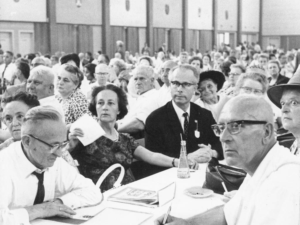 """Aufmerksam lauschen die Sachsen ihrem 1. Sprecher Dr. Walter Naumann von Königsbrück, der erklärte: """"Wir werden alles tun, um die Rückkehr unserer Heimat in ein einiges, freies Deutschland zu ermöglichen."""