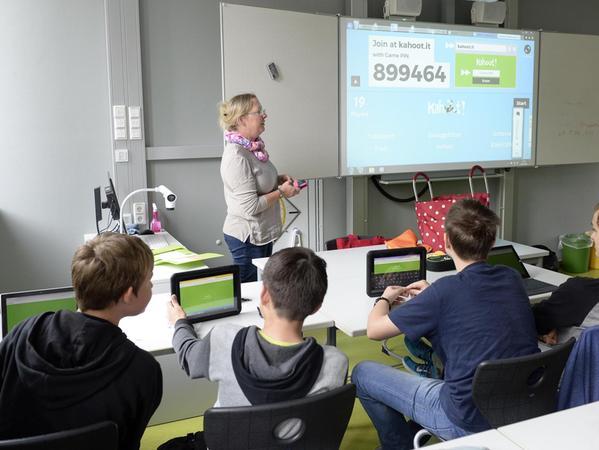 Deutschunterricht in der Tablet-Klasse: Bei der Grammatikabfrage geben die Schüler ihre Antworten auf dem Tablet ein, die Lösung wird auf dem Aktivboard sofort angezeigt.