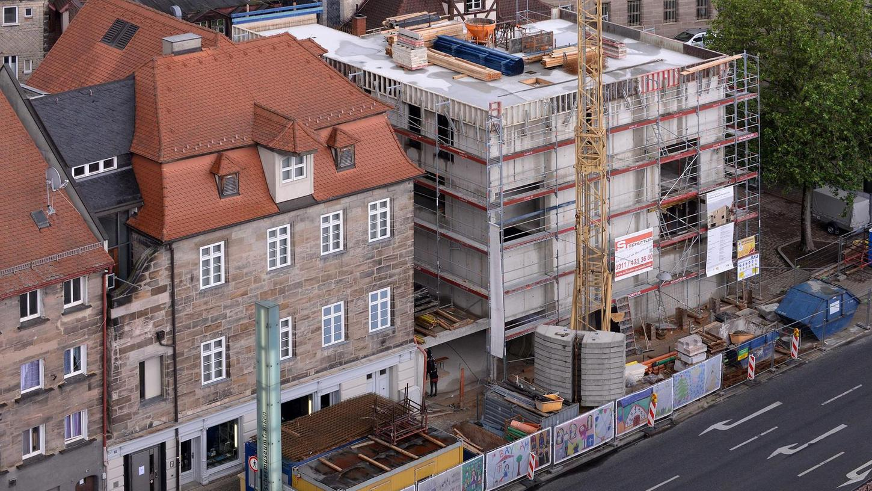 Links der Altbau, rechts der Neubau: So sieht das Jüdische Museum Franken vom Rathausturm aus.