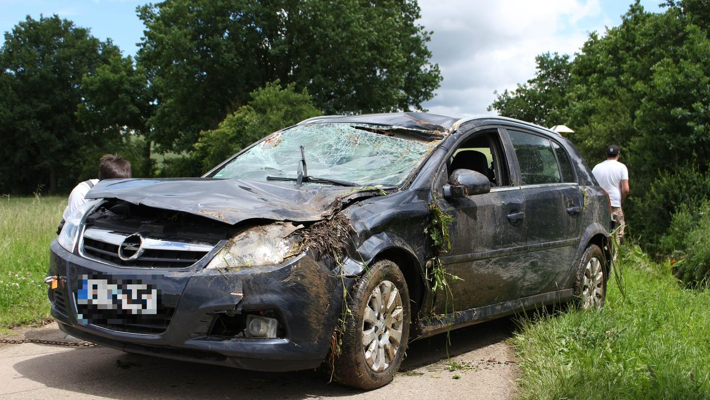 Der Opel wurde bei dem missglückten Ausweichmanöver stark beschädigt.