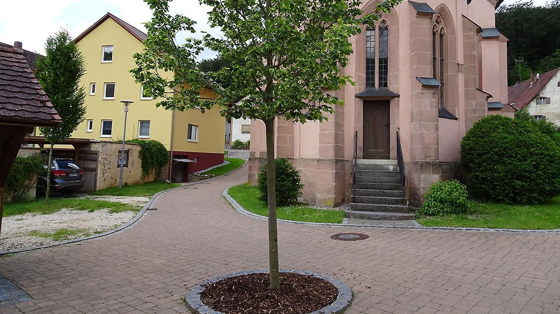 Für den Ausbau der schmalen Gasse östlich der Windischhausener St.Zeno-Kirche müssen die Anlieger über 5000 Euro bezahlen – obwohl der Bereich von den Bürgern selbst gepflastert wurde.