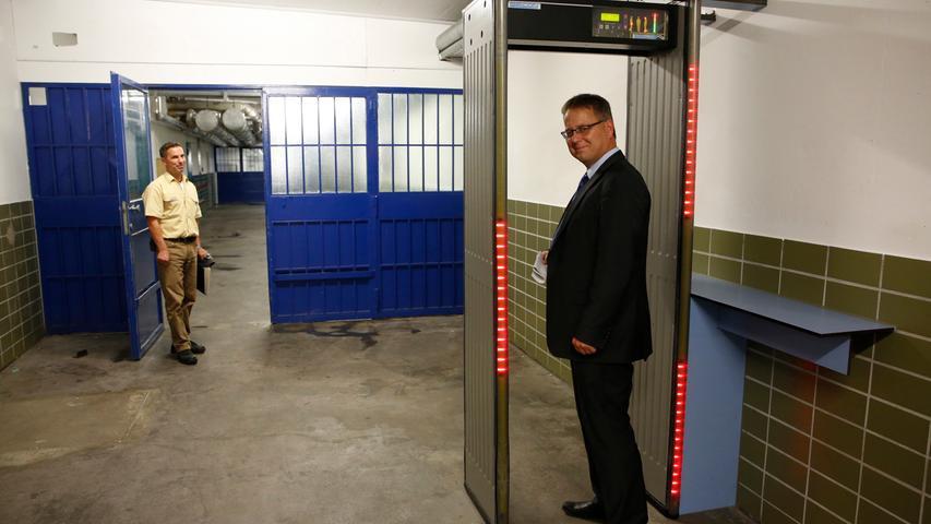 Am Übergang steht ein Metalldetektor: Mit Hilfe der Detektoren wird in den Katakomben kontrolliert, ob die Gefangenen
