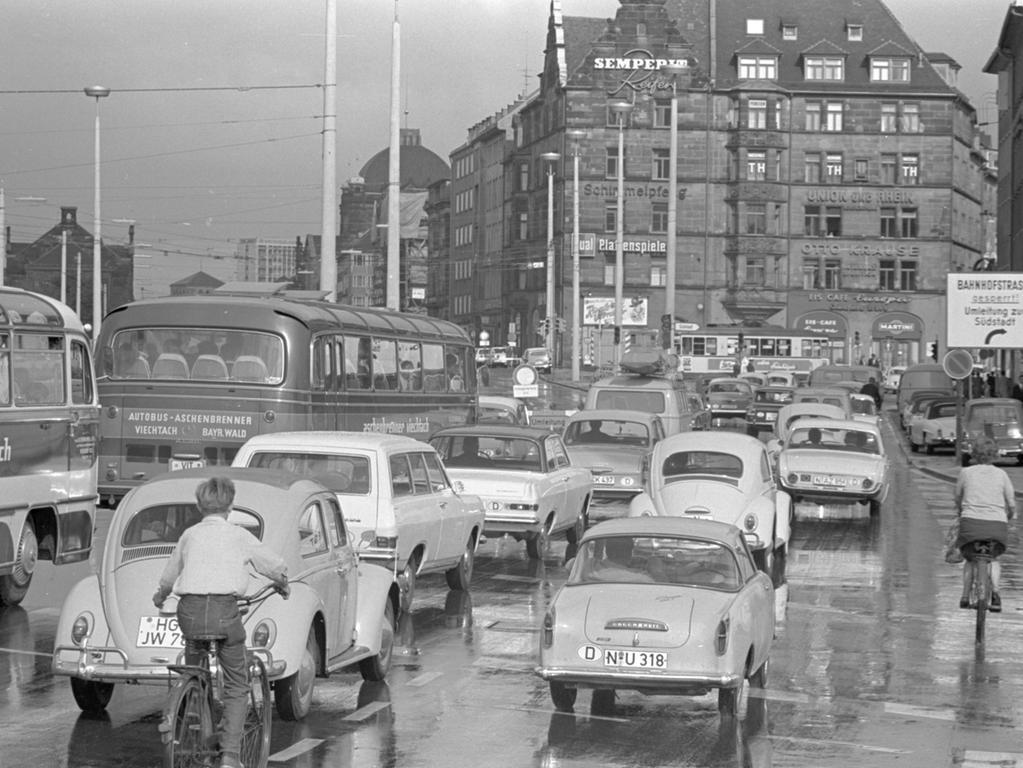 Der Fahrzeugstrom wird vom Ring abgelenkt: in Zweierreihen drängen die Wagen vom Plärrer in die Sandstraße.