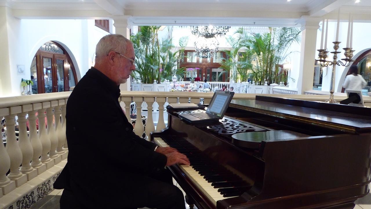 Im noblen Fünf-Sterne-Hotel Oyster Box im Strand-Vorort Umhlanga gibt es jeden Nachmittag den englischen High Tea mit Tee, Gebäck und Live-Klaviermusik. Ivan Brindley ist bei dieser Veranstaltung der Piano-Man.