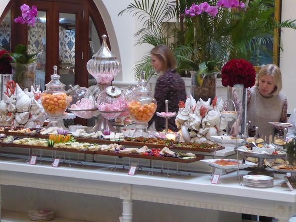 Während der Piano-Man auf dem Klavier spielt, stürmen die Gäste der Teaparty das Dessertbuffet.
