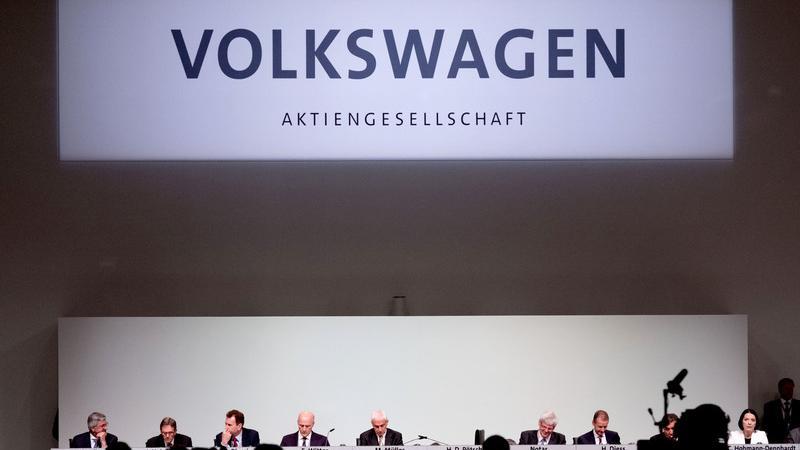27. Januar 2017: Die Staatsanwaltschaft Braunschweig weitet die Ermittlungen aus, insgesamt gibt es nun 37 Beschuldigte. Ferdinand Piech, früherer VW-Aufsichtsratchef, belastet Martin Winterkorn schwer. Laut Spiegel-Informationen hat Piech bei der Staatsanwaltschaft Braunschweig ausführlich ausgesagt.