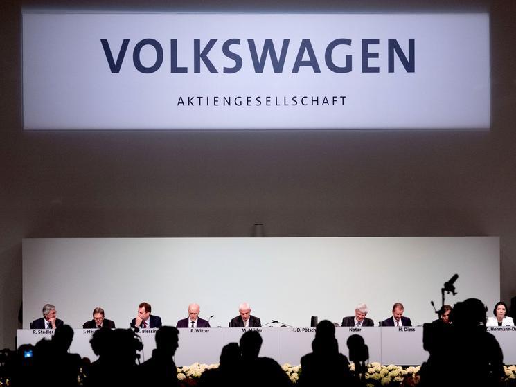 22. Juni: Der Volkswagen-Konzern wirbtbei der VW-Hauptversammlung in Hannover mit um Rückhalt bei seinen Aktionären. Chefkontrolleur Pötsch entschuldigt sich für die Manipulationen. Themen wie Schuld, Versäumnisse und falsche Ziele werden zur Sprache gebracht.