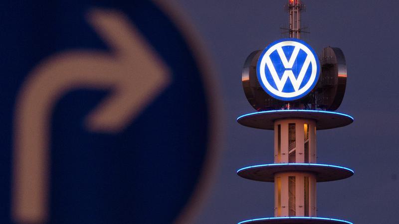 22. April 2016: Bei der Aufsichtsratssitzung in Wolfsburg verkündet VW mit 1,6 Milliarden Euro für 2015 den größten Verlust der Konzerngeschichte. Das operative Ergebnis sei von 12,7 Milliarden Euro 2014 auf minus 4,1 Milliarden abgesackt. Hauptgrund dafür seien die Rückstellungen von insgesamt 16,4 Milliarden Euro für die Kosten des Abgasskandals.