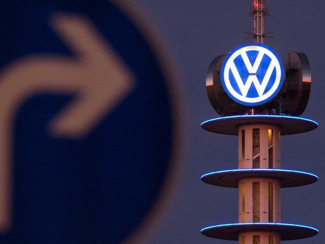 22. April: Bei der Aufsichtsratssitzung in Wolfsburg verkündet VW mit 1,6 Milliarden Euro für 2015 den größten Verlust der Konzerngeschichte. Das operative Ergebnis sei von 12,7 Milliarden Euro 2014 auf minus 4,1 Milliarden abgesackt. Hauptgrund dafür seien die Rückstellungen von insgesamt 16,4 Milliarden Euro für die Kosten des Abgasskandals.