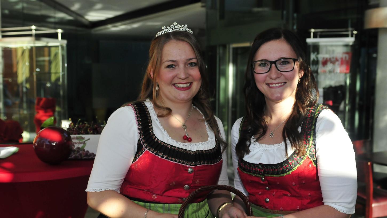 Sandra Grau (re.) ist die neue Kirschenkönigin der Fränkischen Schweiz. Vorgängerin Marina Fink gratuliert.