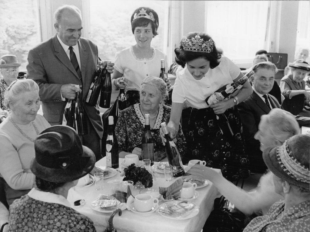 Die Weinspenden lösten überall eitel Freude aus: auch das frisch getraute Ehepaar freute sich über die 20 Flaschen, die es überreicht bekam.