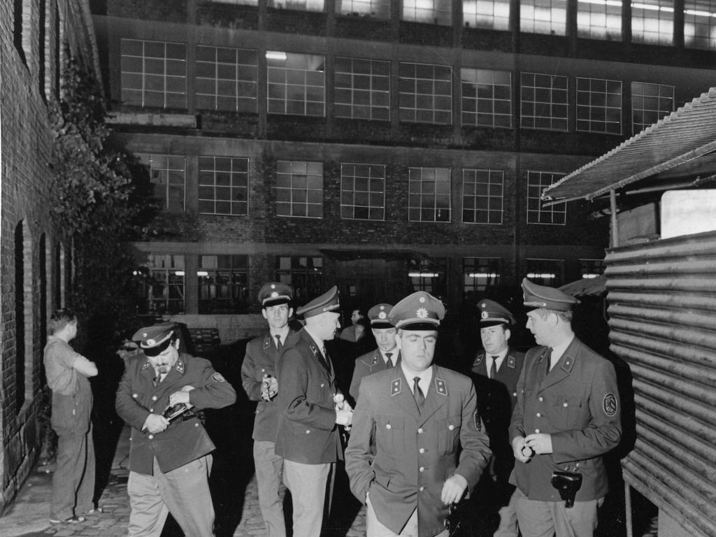 Suche nach weiteren Einbrechern blieb ohne jedes Ergebnis! Die Polizisten verlassen die Fabrik.