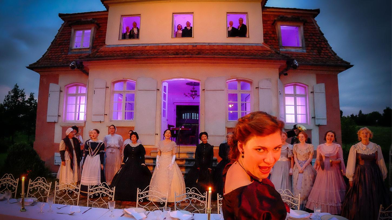 Nach der Pause wird auf der Terrasse zum Diner gebeten - vor dem zauberhaft illuminierten Jagdschlösschen aus Eyerlohe.