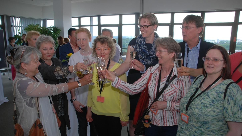 Ein Prosit auf die erfolgreiche Arbeit: Bei einer Zusammenkunft im Sparkassen-Casino wurde das Jubiläum der Fürther Familienpaten gefeiert.