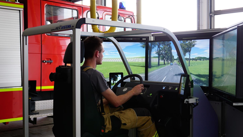 Am Simulator hat die Feuerwehr gefährliche Blaulicht-Fahrten eingeübt.