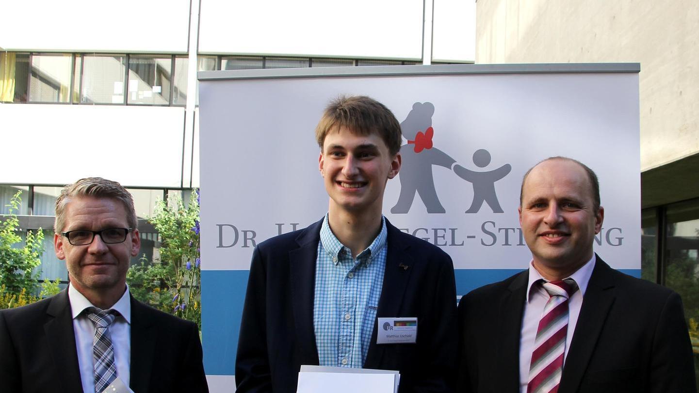 Schulleiter Markus Domeier (li.) und Mathematiklehrer Ionut Ghiroga (re.) gratulierten Matthias Uschold (Mitte).Franz Xaver Meier
