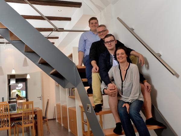 """Wohn-Portrait_Hückel_B_20160527_..l-r: Lukas, Moritz, Richard, Birgitt..Familie  Richard Hückel (Architekt).. Sanierung : baufällige Scheune zum  Designer-Wohnhaus..AUCH FÜR SamSon !..ABRECHNUNG: Pauschale ( X ) /  Einzeltermin ( ).. RESSORT: Lokales _ ZEITUNG: EN _ Ausgabe: ERL..DATUM:  28.05.2016..FOTO: Berny Meyer..MOTIV: Wohn-Portrait  Hückel....""""Veroeffentlichung nur nach vorheriger Vereinbarung""""..© BERNY /  berny-meyer@t-online.de / 0170 2015199 / ..raiffeisen spar+kreditbank,91191  lauf ,kto. 247294, blz 76061025 / ..berny meyer, etlaswind 17, 91338  igensdorf..finanzamt forchheim, steuernummer 217/251/10410 steuer id  63-741-880-254"""