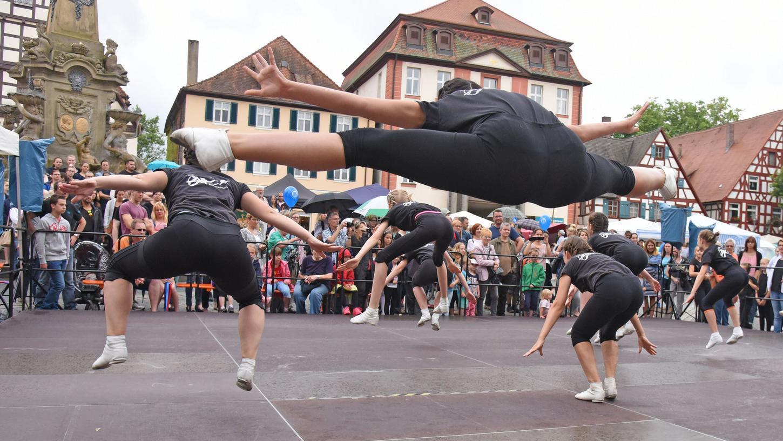 Zahlreiche Zuschauer verfolgten die teilweise akrobatischen Tanzvorführungen auf der großen Bühne.