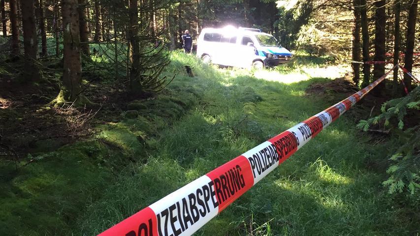 Ein Pilzsammler fand am Wochenende in einem Waldstueck bei Wurzbach (Saale-Orla-Kreis) mehrere Knochen, die moeglicherweise zur vermissten Peggy Knoblauch aus Lichtenberg gehoeren konnten. Am Montagmorgen (04.07.2016) sperrte die Polizei den Fundort weitraeumig ab. Foto: NEWS5 / Fricke