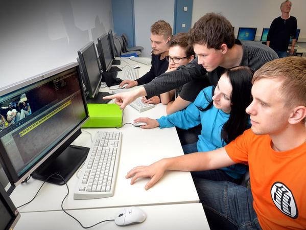 Auf dem Rechner werden die gefilmten Szenen zu einem Video zusammengeschnitten.