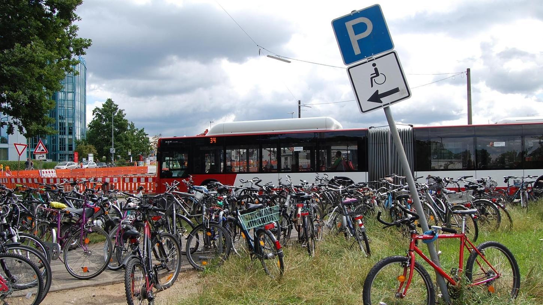 Heftiges Parkchaos an der Straßenbahn-Endhaltestelle in Thon: Seitdem vor kurzem der bisherige Park-&-Ride-Platz für Radfahrer baustellenbedingt abgebaut wurden, werden die Drahtesel auf Wiese und Wegen in Wildwestmanier abgestellt.