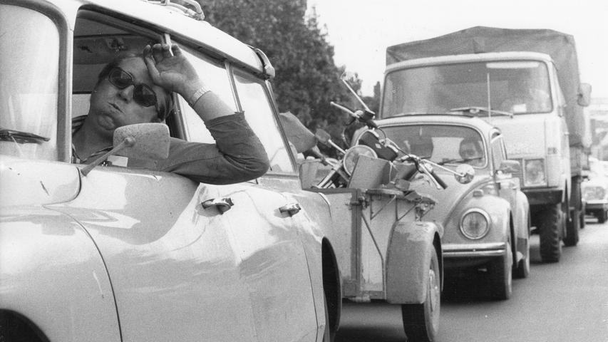Heiß war der Sommer 1977 - was mit diesem Foto vom Stau veranschaulicht wurde. Bei dem Pkw mit Anhänger im Vordergrund handelt es sich um einen damals schon raren Citroën DS als Kombi. Der Lkw dahinter ist ein Hanomag-Henschel der F-Reihe, die bis 1974 gebaut wurde. Durch die heißesten Sommer seit 1959 können Sie sich hier noch einmal durchklicken.