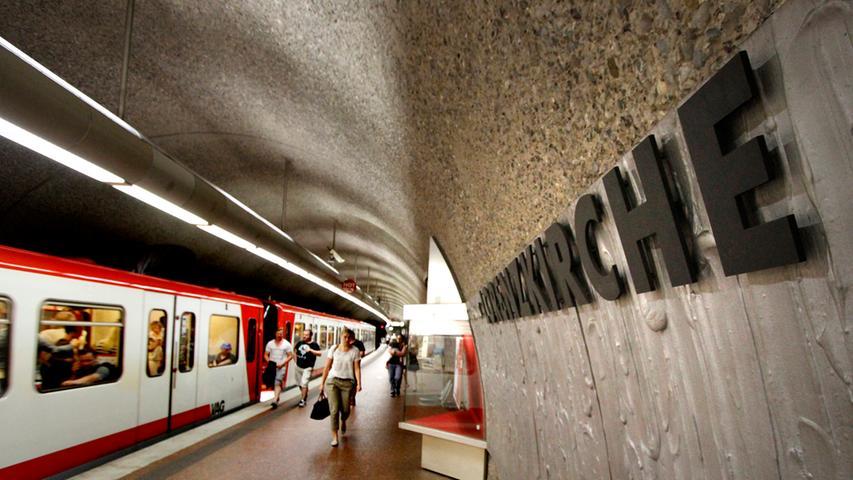 Angesteuert von U1 sowie U11 und mitten im Herzen der Stadt: Die Ausgänge der U-Bahn-Haltestelle Lorenzkirche führen direkt in die Innenstadt. Eine eigene Ladenpassage rundet das Bild ab - die perfekte Station für den Einkaufsbummel. An einem Werktag sehen das offenbar 33.000 Fahrgäste ebenso, die dann die Haltestelle nutzen.