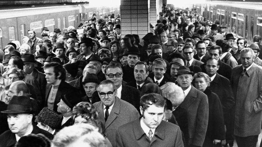 Verknüpft mit einem Busbahnhof gehört der U-Bahnhof Langwasser Mitte auf jeden Fall in das Ranking. Auf den siebten Platz schafft es die Haltestelle mit 19.000 Fahrgästen pro Werktag. Bereits zur Eröffnung der U-Bahn in Nürnberg am 1. März 1972 stürmten hier die Bewohner der Noris heran. Heutzutage hat sich das Gedrängel zum Glück ein wenig gelegt. Die erste Nürnberger U-Bahn-Linie, die U1, arbeitete sich übrigens von Langwasser kommend Richtung Innenstadt vor.