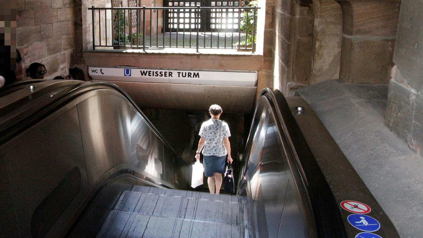 Der Betrunkene lag in der U-Bahn-Haltestelle