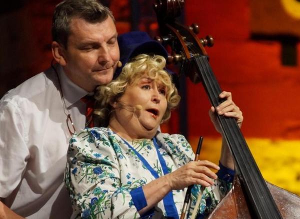 Das Bild zeigt eine Szene mit Lizzy Aumeier als Queen und ihrem Mann, der hier den Scotland Yard Inspektor im Kilt gibt.