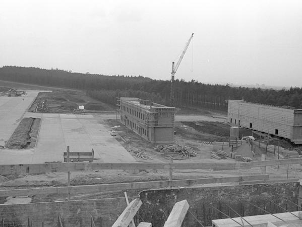 Blick vom Kontrollturm auf die Werkstatt-, Lager- und Bürogebäude.