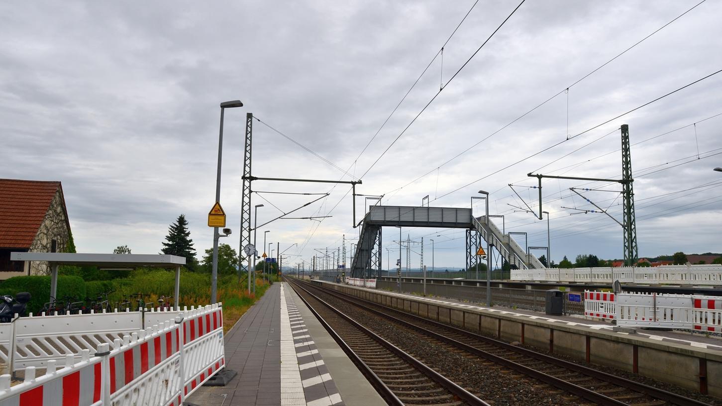 In Richtung Nürnberg können Gehbehinderte, Radfahrer oder Eltern mit Kinderwägen am Bahnhof in Bubenreuth problemlos S-Bahn fahren. In Richtung Bamberg verhindert dies die Behelfsbrücke, die bis Herbst 2017 stehen bleiben soll. Jetzt soll nach einer Lösung gesucht werden.
