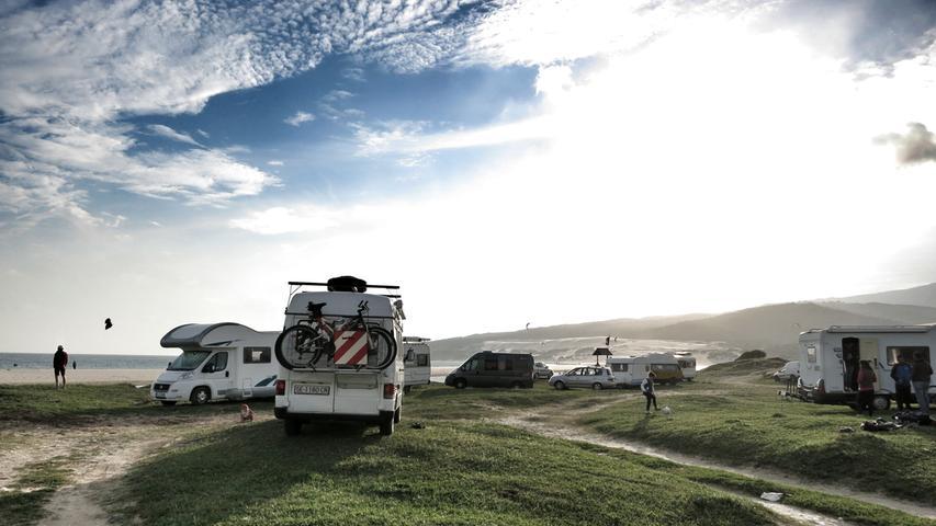Am Surferstrand bei Tarifa stehen unzählige Wohnmobile - die idealen Gefährte für die coole Szene.