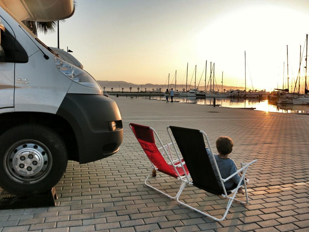 Sonnenuntergang auf dem Stellplatz im Yachthafen bei Gibraltar.