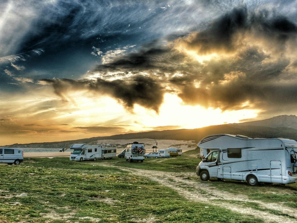 Kaum eine Region eignet sich so gut für eine Wohnmobil-Rundreise wie Andalusien. Doch man muss Zeit mitbringen, denn die Anreise ist lang. Dafür belohnt der Landstrich mit einer Vielfältigkeit und tollen Stellplätzen an Stränden, auf Bergen und in hübschen Städtchen.