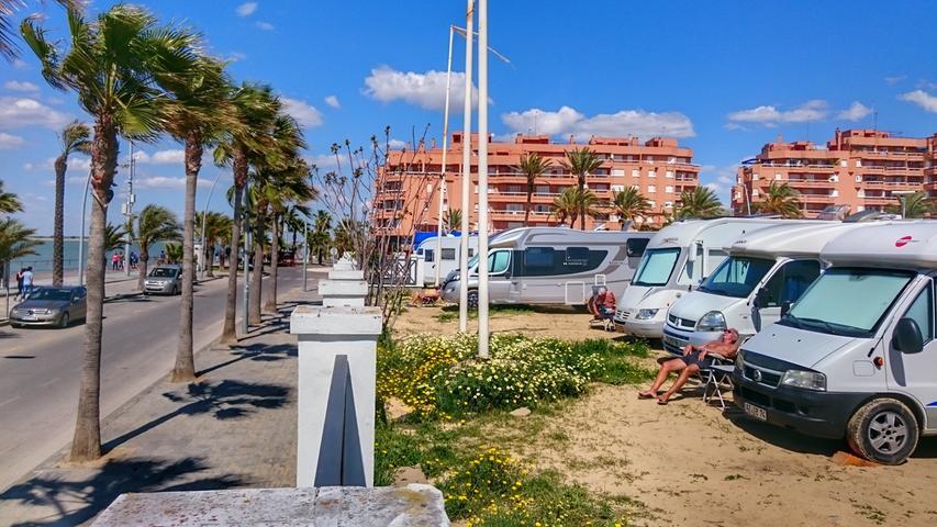 Wohnmobilstellplatz direkt am Strand in Westandalusien.