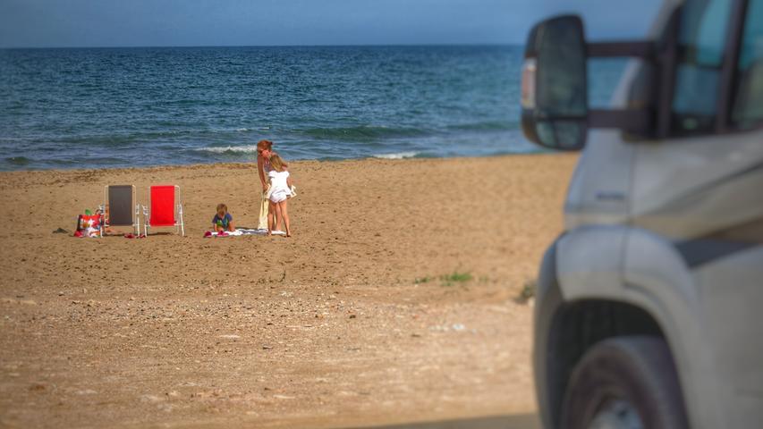 Wohnmobilstellplatz direkt am Strand in Andalusien.