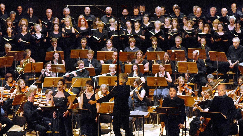 """Das Solistenquartett verstärkt in seiner ausstrahlungsstarken Präsenz den Eindruck einer sakralen Oper: Die Junge Philharmonie Erlangen führt mit dem Philharmonischen Chor Nürnberg Verdis """"Messa da Requiem"""" auf."""