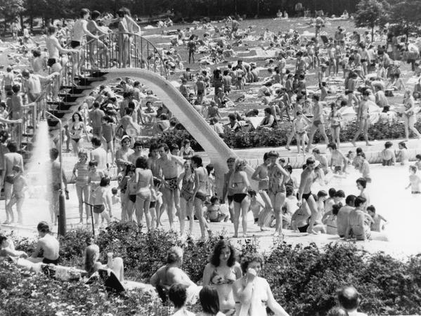 FOTO: NN / Hausfotograf ohne Namensangabe, historisch; schwarzweiß; 1970er oder 1980er Jahre; ..MOTIV: Nürnberg; Freibad, Bäder, Westbad......