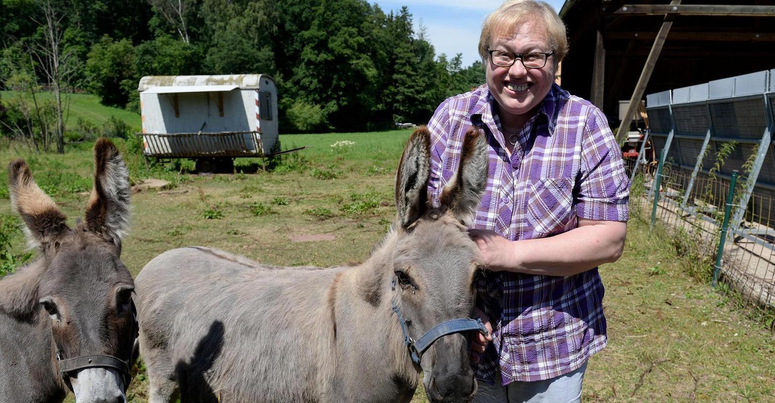 """Als Irmi Schmidt vor 32 Jahren nach Unterschlauersbach zog, war das eine Umstellung für sie. Längst ist sie aus dem Gasthaus """"Zum schwarzen Bock"""" nicht mehr wegzudenken. Besonders gerne schaut sie nach Eseldame Lottchen und ihren anderen Tieren."""