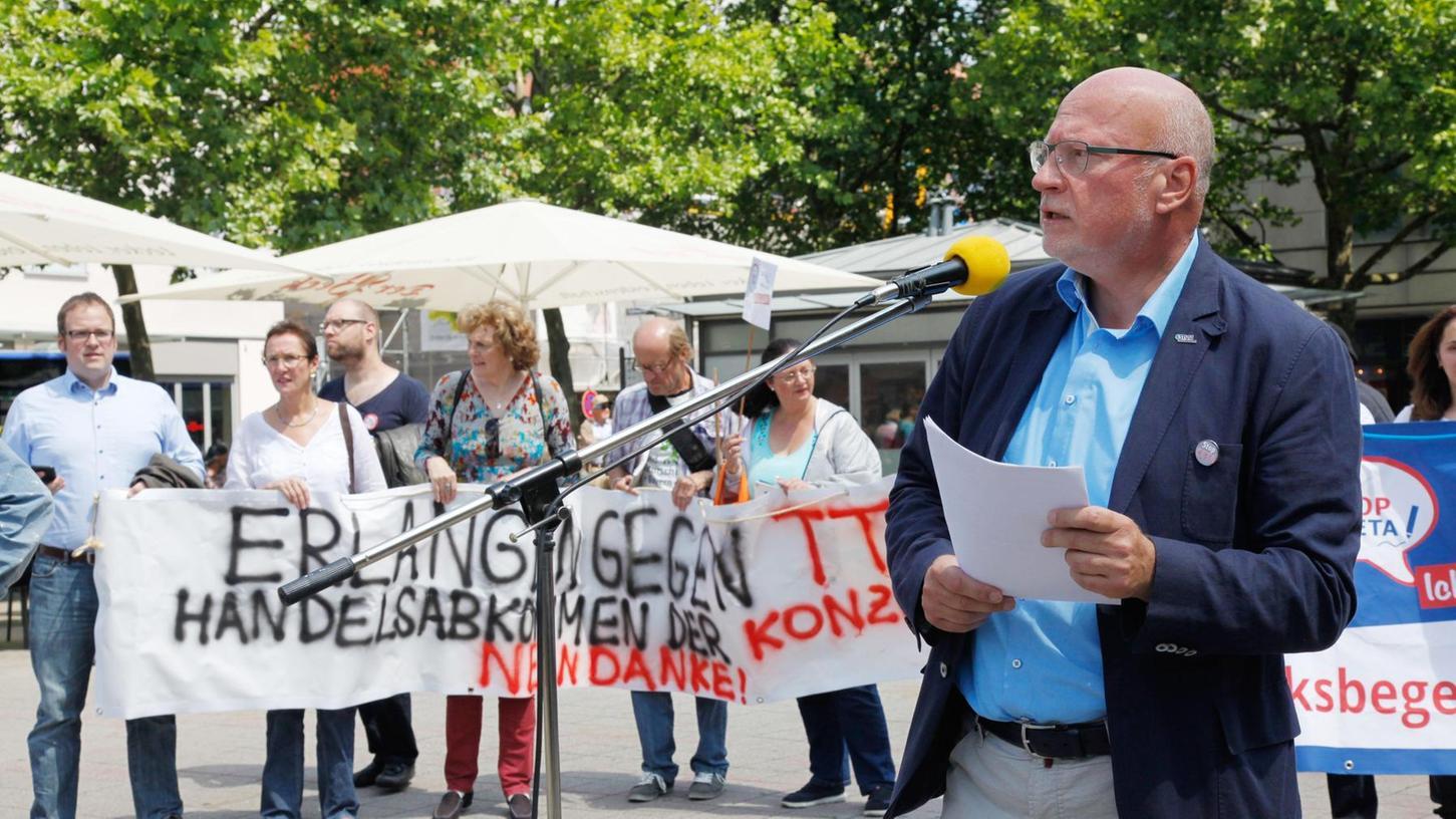 Wolfgang Geus, Vorstandsvorsitzender der Stadtwerke, sprach sich bei der Erlanger Demonstration auf dem Hugenottenplatz deutlich gegen des Freihandelsabkommen CETA aus.