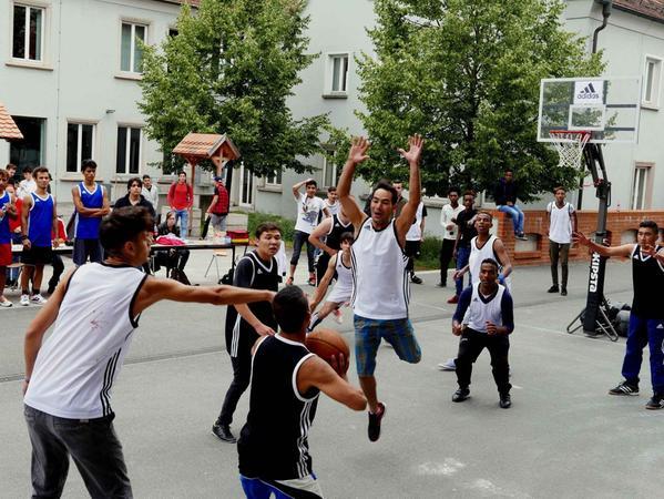 Auch wenn die meisten jugendlichen Flüchtlinge noch nie Basketball gespielt  hatten, kam es beim ersten Streetballturnier der Berufsschule zu packenden  Szenen und vielen schönen Körben.