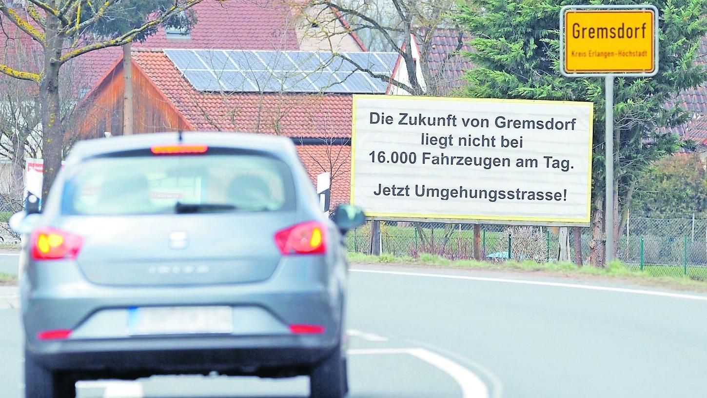 Protestplakate im Ort machen deutlich, wie sehr die Gremsdorfer unter dem Durchgangsverkehr leiden. Nun ist ein erster Schritt in Richtung Umgehungsstraße getan.