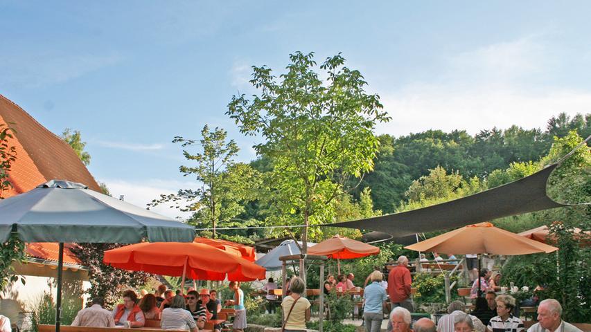 Wir präsentieren: unseren Platz 15. Der Biergarten des Gasthofs Seitz in Thuisbrunn in der Fränkischen Schweiz gehört zur 2007 gegründeten Brauerei Elch-Bräu. In dem stufenartig angelegten Biergarten finden sich viele schattige Plätze. Der Biergarten ist bei gutem Wetter beliebtes Wanderziel - er liegt am bekannten Fünf-Seidla-Steig.